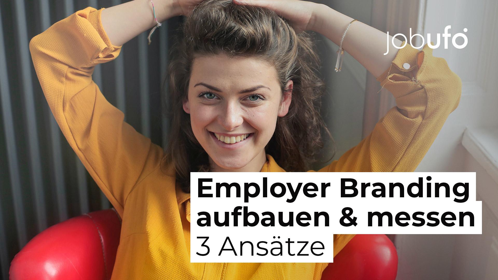 Eine braunhaarige Frau im gelben Hemd blickt lächelnd in die Kamera