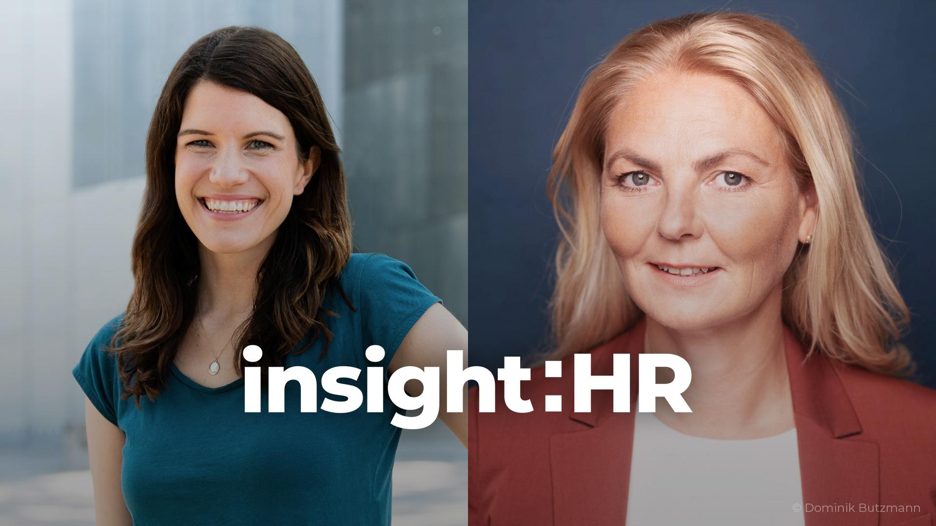 Auf der linken Seite des Bildes ist Eva Stock abgebildet (braune Haare, grünes T-Shirt), rechts Ana-Christina Grohnert mit weißem Shirt und rotem Blazer. Beide Frauen lachen in die Kamera.
